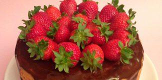 Tarta fitness volcan de chocolate y fresas